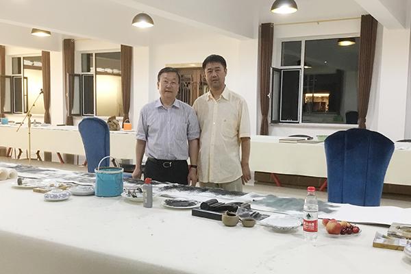 昌宇集团董事长李刚与辽宁省文联副主席喻国伟在美术家创作基地