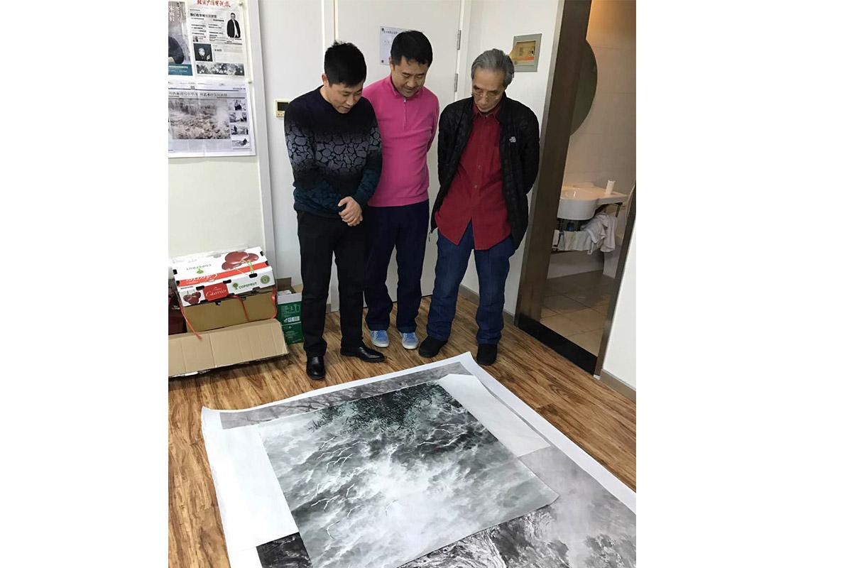 左画家刘继彪-昌宇集团董事长李刚-著名画家宋雨桂-在宋雨桂工作室