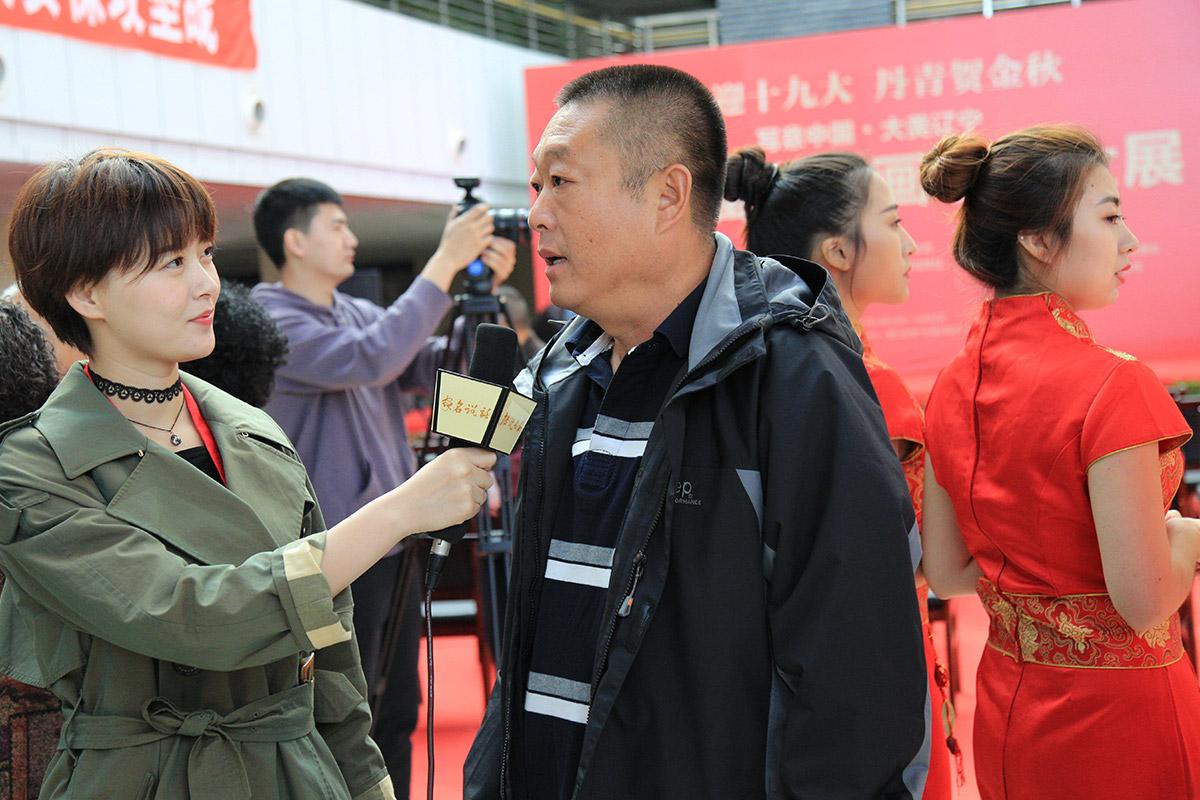 营口市美术家协会主席喻国景接受电视台采访