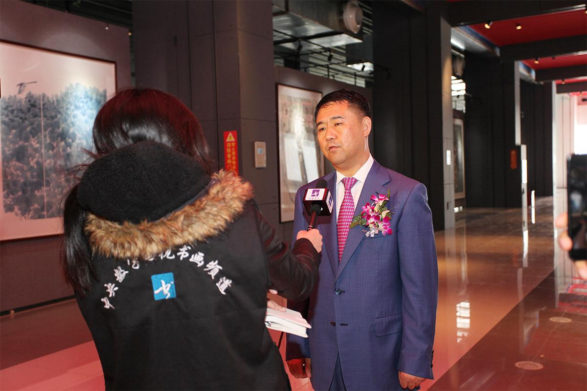 中央电视台书画频道正在对昌宇集团董事长李刚-进行采访