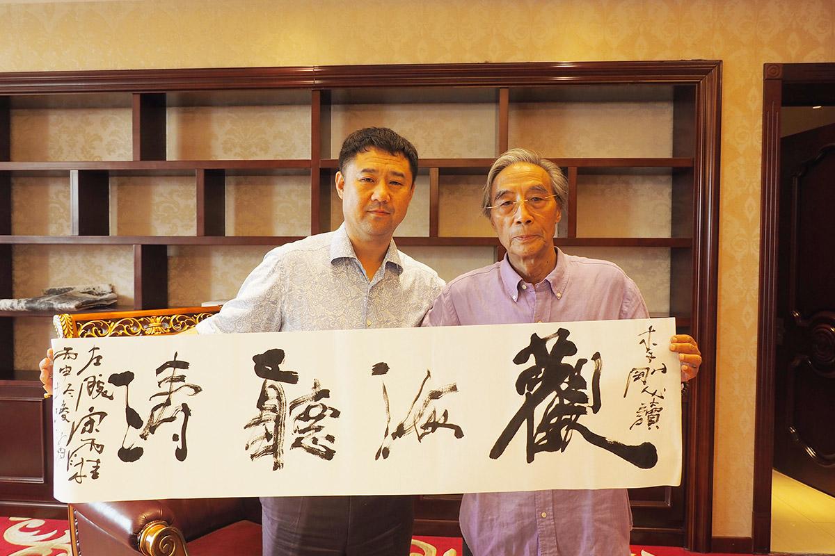 著名画家-宋雨桂-与昌与集团董事长李刚-亲密合影-并赠字一幅